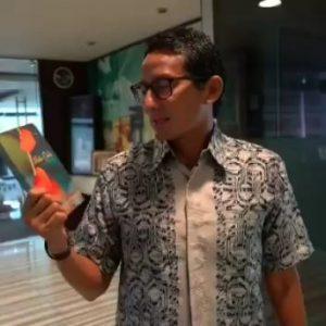 Sandiaga Uno Mempromosikan Salah Satu Buku Terbitan SIP
